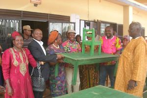 Appui institutionnel à la communauté éducative: Don de chaises et de tables à l'école maternelle de Lekong Foréké-Dschang.