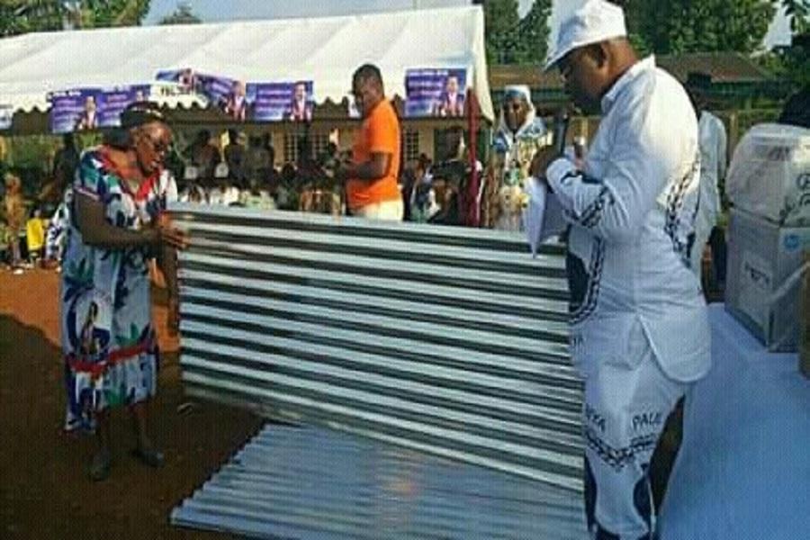 Générosité : François Xavier wolong Fonkou au chevet des déplacés de la crise anglophone à Bafoussam.