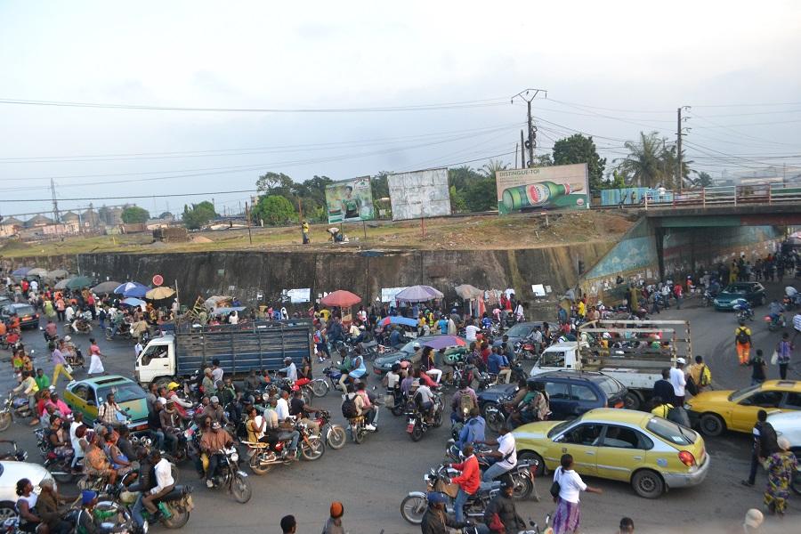 Cameroun : grave violence à Douala, une bande armée incendie trois motos.