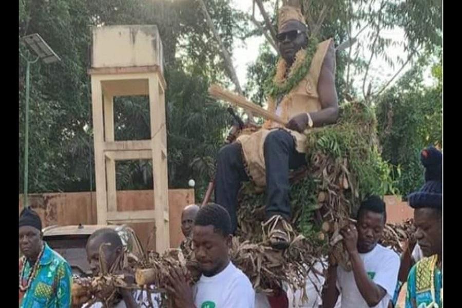 Cameroun : Après avoir été intronisé chef suprême des Mvog-Belinga, Amougou Belinga débloque 450 millions de Fcfa