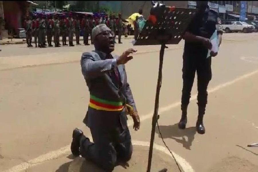 Cameroun : pourquoi le délégué du gouvernement s'est mis à genoux à Bamenda